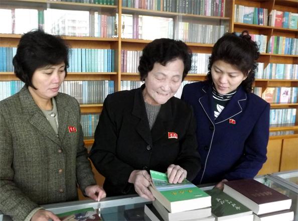 Kim Jong Sun (middle)
