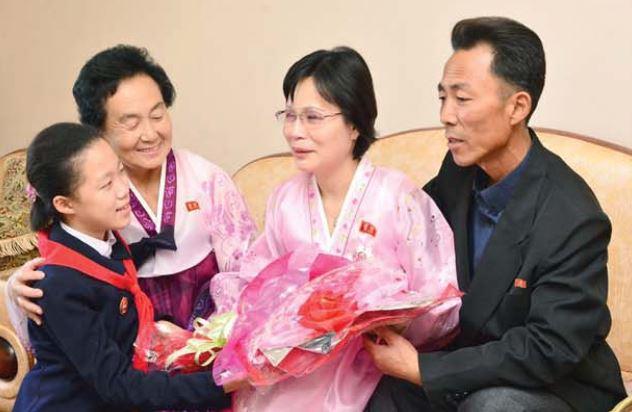 Ri Chun Hyang(second right).
